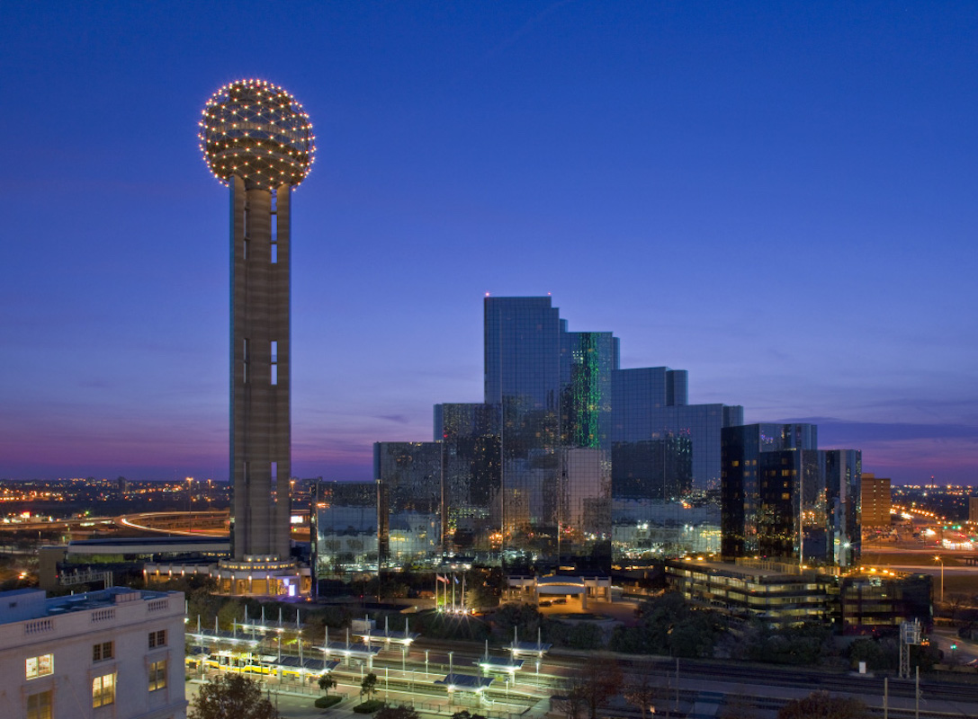 Downtown_Dallas_Skyline_with_shot_of_Hyatt_Regency_Dallas_and_the_Reunion_Tower.jpg