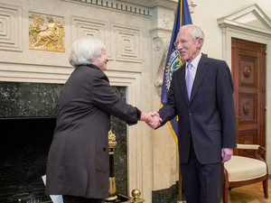 Fed's Fischer sees little benefit in breaking up too-big banks