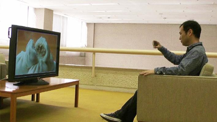 メインビジュアル : スマートデバイスをテレビにかざして、ネットにアクセス