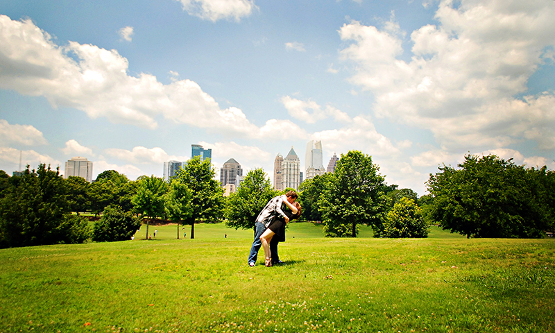 Couples love making memories as they tour Atlanta. (Joleen Pete Photography)