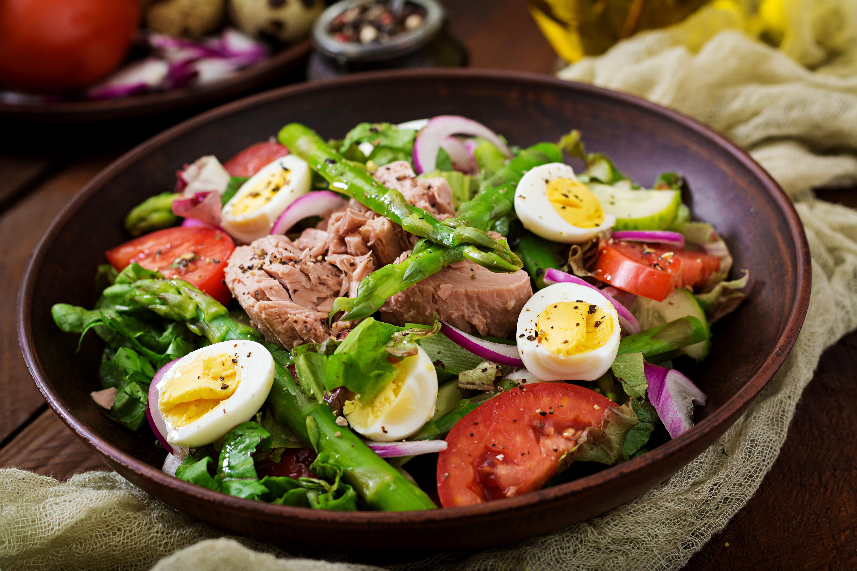 Salad with tuna, tomatoes, asparagus and onion. Salad Nicoise