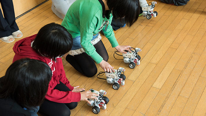メインビジュアル : 千葉県一宮町の小学校で、ICTに親しむ「ロボットプログラミング授業」を実施