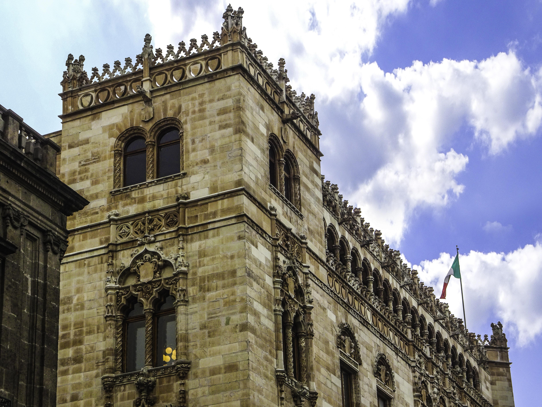 edificio y bandera
