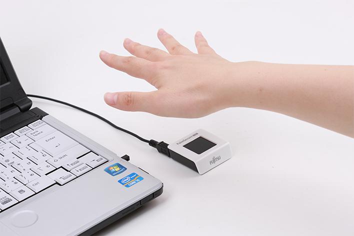 メインビジュアル : 手のひらを専用センサーにかざすだけ! 富士通の独自技術「手のひら静脈認証」